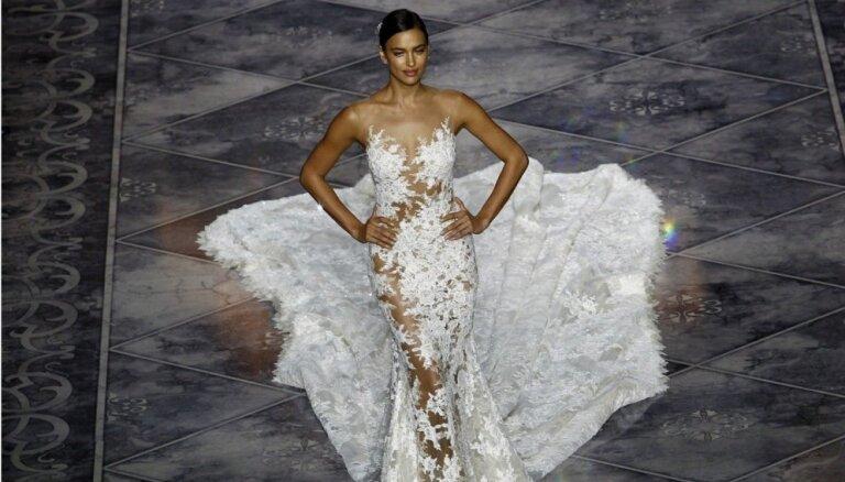 Красота, грация и тонкое кружево: Ирина Шейк продемонстрировала свадебные наряды