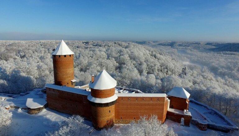 Aculiecinieka foto: Sniegotām koku galotnēm ieskautā Turaidas pils