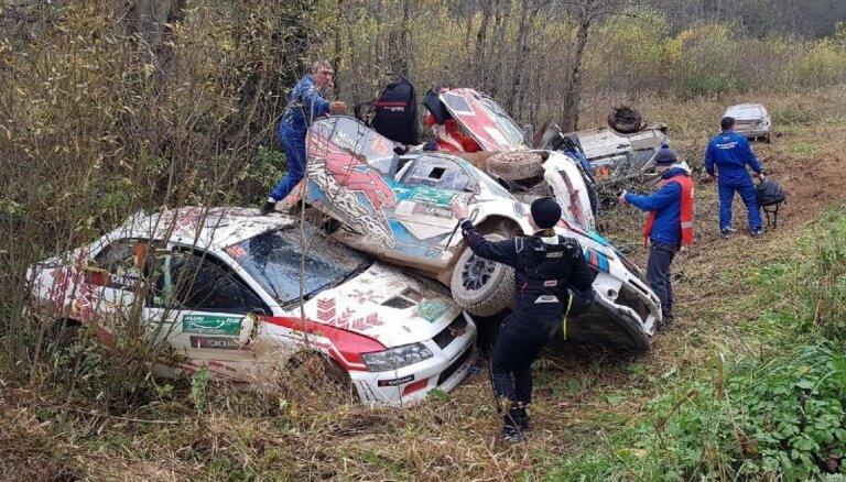 Video: Seši auto vienā grāvī Krievijas rallija kausa izcīņā