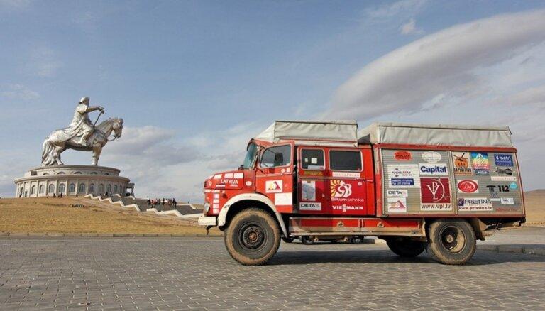 Lemti nepadoties: latviešu ceļotāji ar ugunsdzēsēju mašīnām dodas pa seno Zīda ceļu
