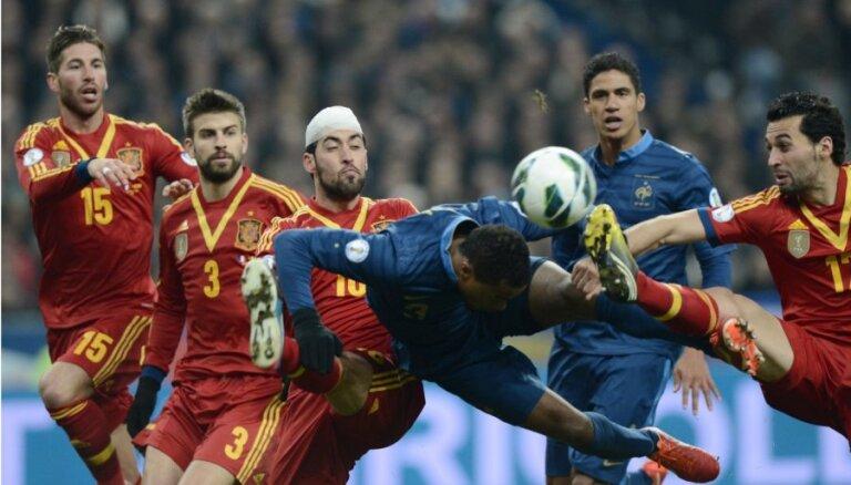 Spānijas futbolisti viesos uzvar Franciju; Anglija nespēj uzvarēt Melnkalnē