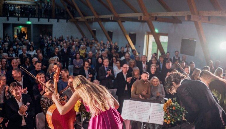 Foto: Māsas Balanas un Andrejs Osokins atklāj Rūmenes muižas koncertzāli