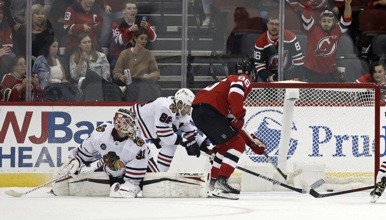 Džeks Hjūzs gūst divus vārtus 'Devils' uzvarā pār 'Blackhawks'