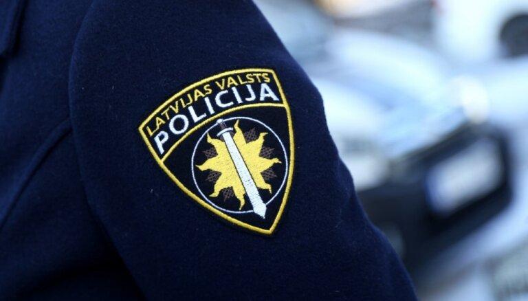 Policija pabeigusi izmeklēšanu par automašīnas aizdedzināšanu Valmierā