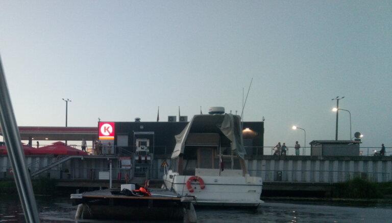 Foto: Jahtu uzpildes stacijā Rīgā aizdegas laiva