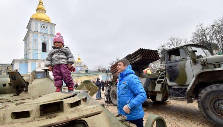 Foto: Kijevas centrā sarīkota kaujiniekiem atņemtā Krievijas bruņojuma izstāde