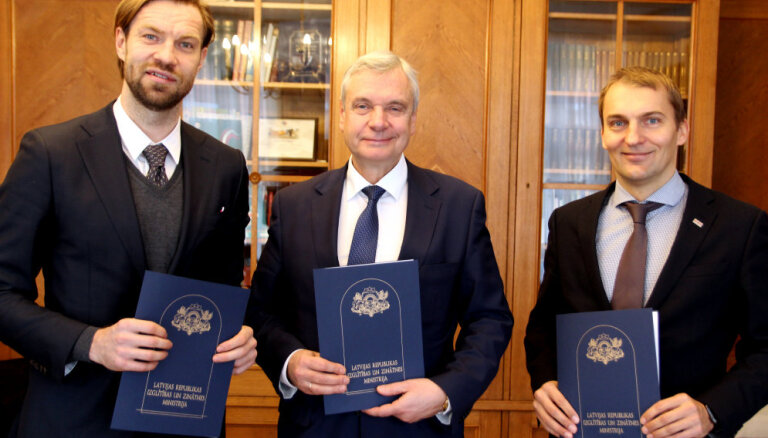Vienojas par sadarbību futbola un Daugavas stadiona infrastruktūras attīstīšanai