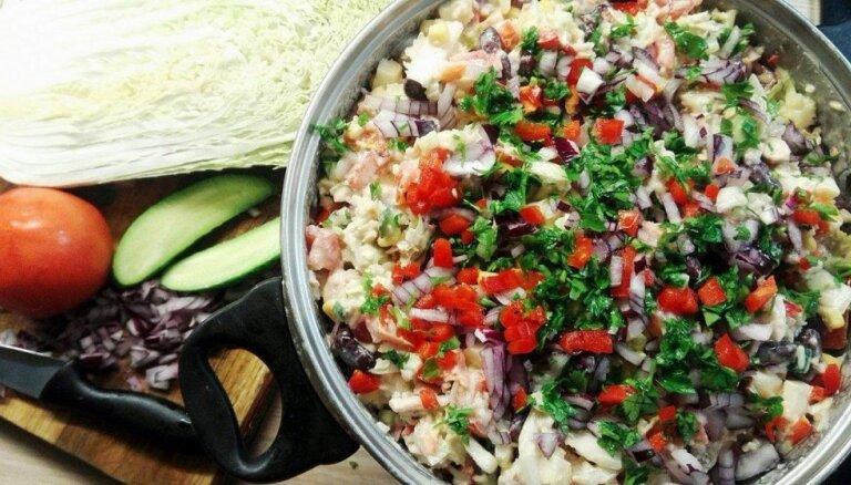 Яркий мексиканский салат с рисом, фасолью и копченой курицей