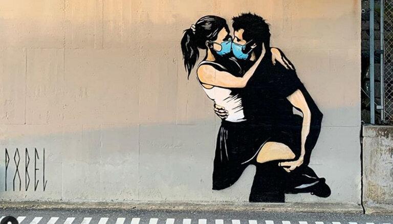 ФОТО. Поцелуй в масках — влюбленные пары запустили в соцсетях флешмоб