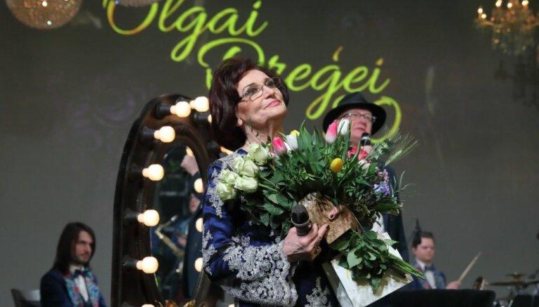 Foto: Ziedu klēpji un nerimstoši aplausi – vareni nosvinēta Olgas Dreģes 80. jubileja