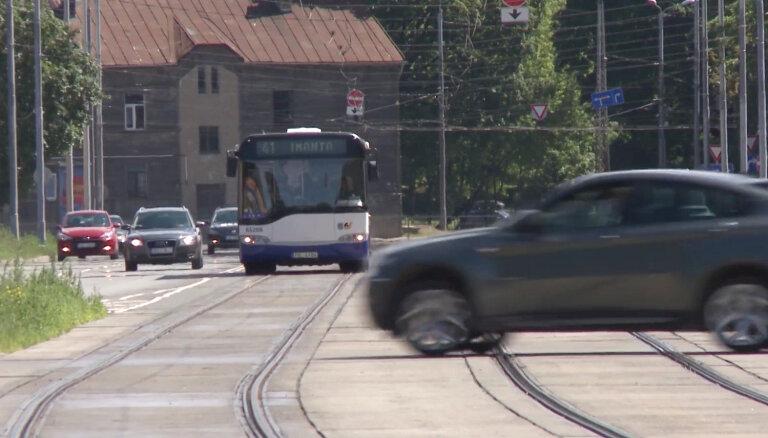 'Zebra': Vai ir jādod ceļš autobusam, kurš brauc pa tramvaja sliedēm