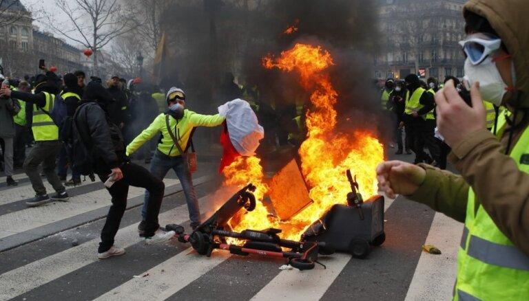 """В Париже задержали и отпустили 89 """"желтых жилетов"""""""