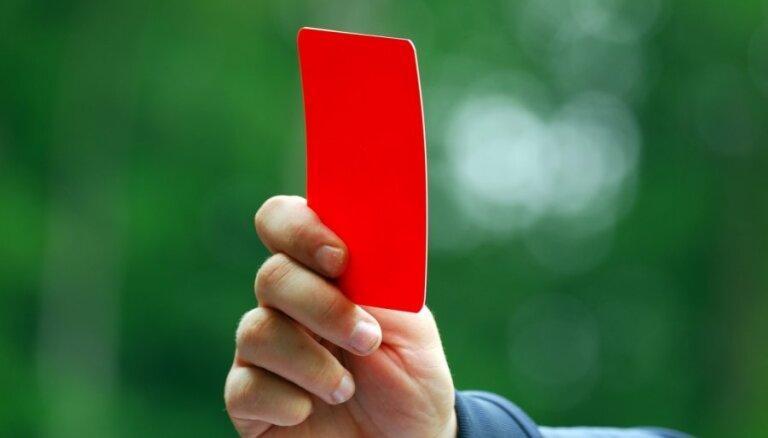 Video: Skotijā futbola tiesnesis parāda sarkano kartīti savam kolēģim