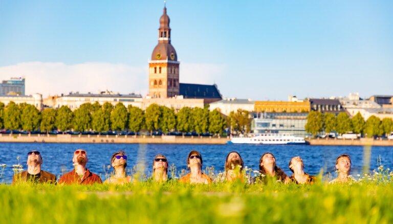 Noskaties! 'Oranžo brīvdienu' klipā satiekas diži latviešu varoņi