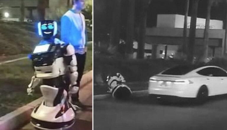 Video: Lasvegasā bezpilota 'Tesla' notriekusi krievu robotu