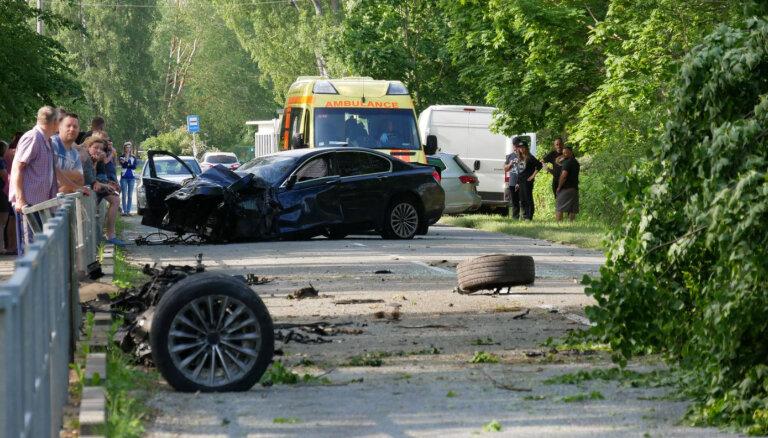 Foto: Bērzciemā BMW lielā ātrumā ietriecas kokā un pazaudē motoru