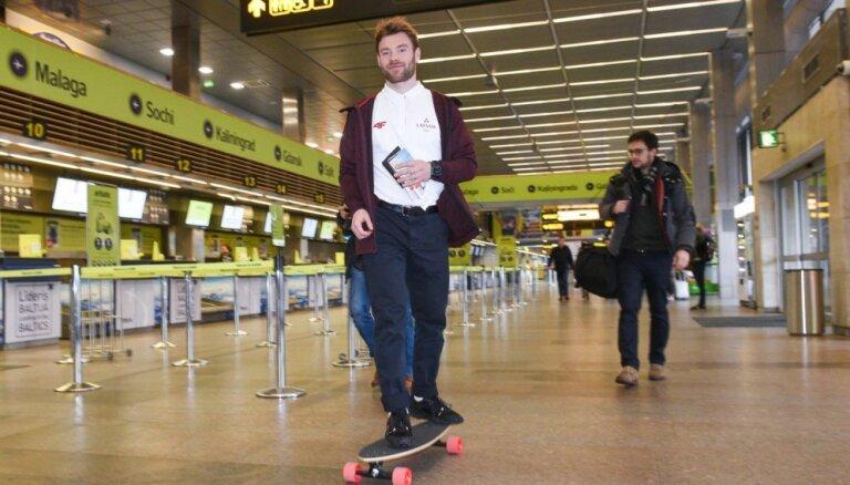 Foto: Silovs uz skrituļdēļa kopā ar citiem olimpiešiem dodas uz Koreju