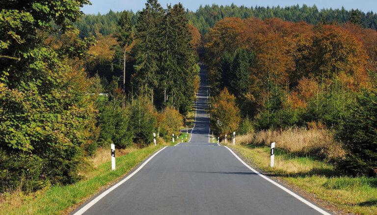 Nozagti nesen uz valsts ceļiem uzstādītie atstarojošie signālstabiņi