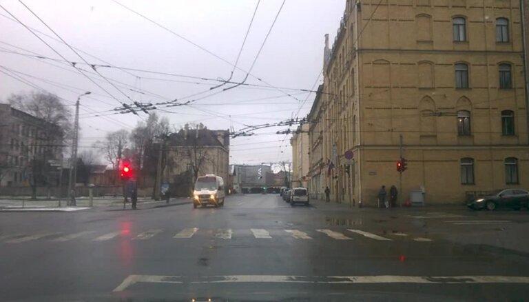 Video: Rīgas pustukšajās ielās buss krustojumu šķērso pie sarkanās gaismas