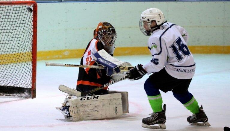 Foto: Mazie hokejisti uzsāk cīņas Kārļa Skrastiņa piemiņas kausa turnīrā 'Dzelzs vīrs'