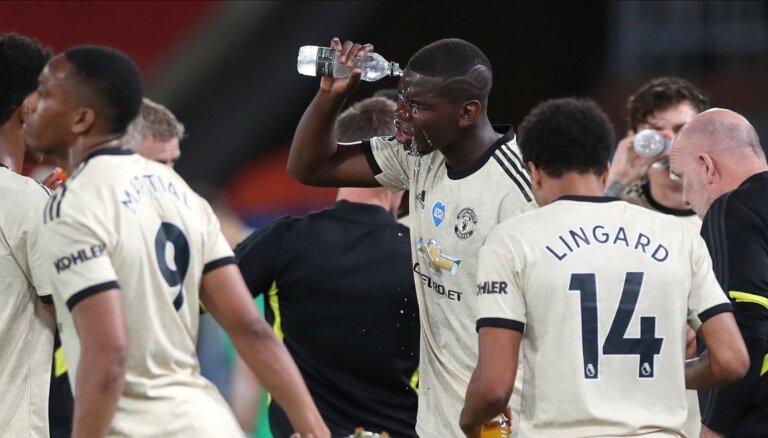 'Manchester United' un 'Leicester City' izcīna uzvaras un turpina spraigu cīņu par vietu Čempionu līgā