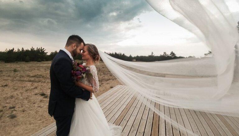 Izkāpt no rāmjiem: Fotogrāfs latviešu pāra kāzas iemūžina ar telefonu