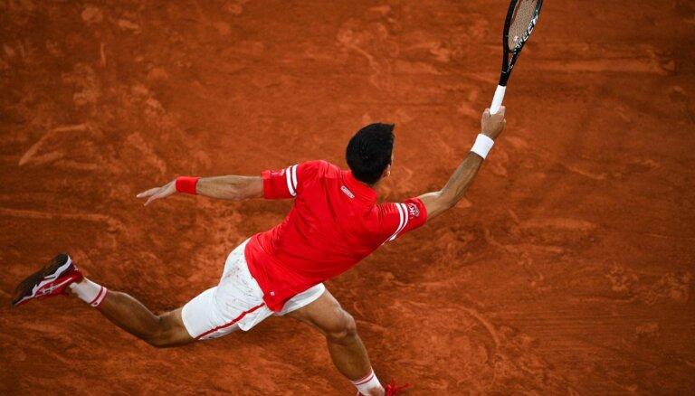Džokovičs aizraujošā 'French Open' pusfinālā pieveic 'māla karali' Nadalu