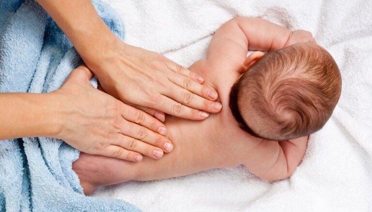 Samazina tonusu un uzlabo zīdīšanu – ieguvumi, ko mazulim sniedz masāža