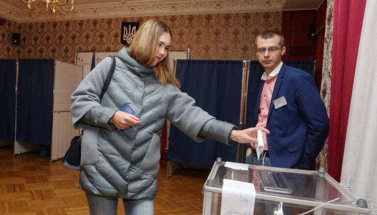 """""""Остальные были, и что?"""" Украинцы Латвии чаще голосовали за Зеленского"""
