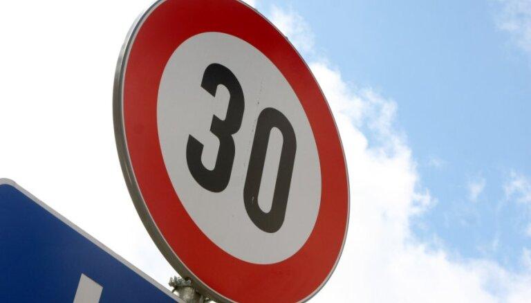 """В Риге из-за обилия велосипедистов перестанут завешивать на лето знаки """"не более 30 км/ч"""""""