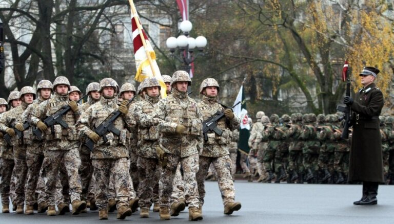 Foto: Militārā parāde pie Brīvības pieminekļa