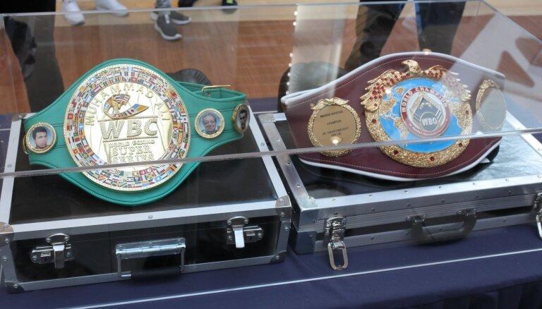 ФОТО: Бриедис встретился с болельщиками и показал два чемпионских пояса