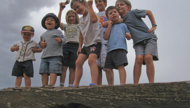 Bērniem līdz pusaudžu vecumam katru dienu vismaz stunda jāvelta fiziskām aktivitātēm. Kā rosināt bērnu kustēties