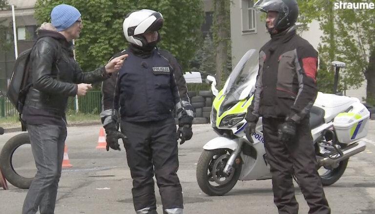 'Ātruma cilts' video: Rēdlihs izaicina ceļu policistu moto sacīkstē