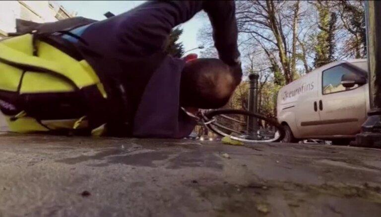 Video: Uzskatāmi krītot no velosipēda, Beļģijas riteņbraucēji aicina uzlabot veloceliņus