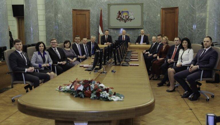 Foto: Jaunās Kariņa valdības ministri sanāk uz pirmo sēdi