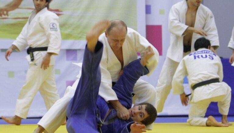 Юный дзюдоист не успел повалить Путина подножкой