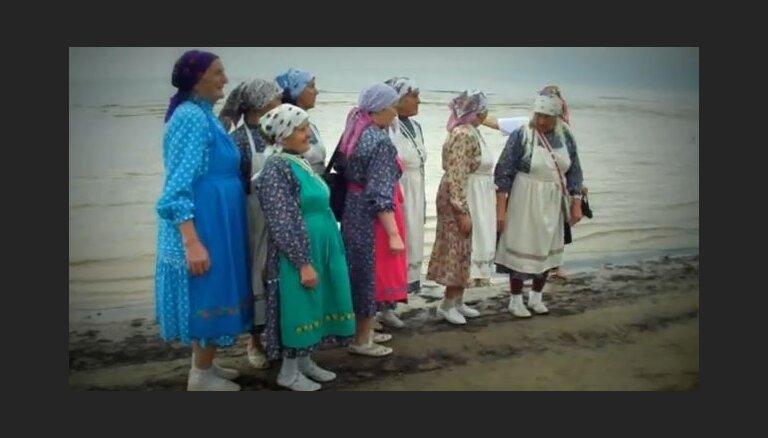 """Как """"Бурановские бабушки"""" пели в Юрмале и гуляли по морю (видео)"""