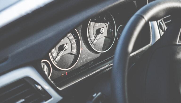 'Volvo' traucas ar 156 km/h; vadītājs no policijas grib atpirkties ar 100 eiro