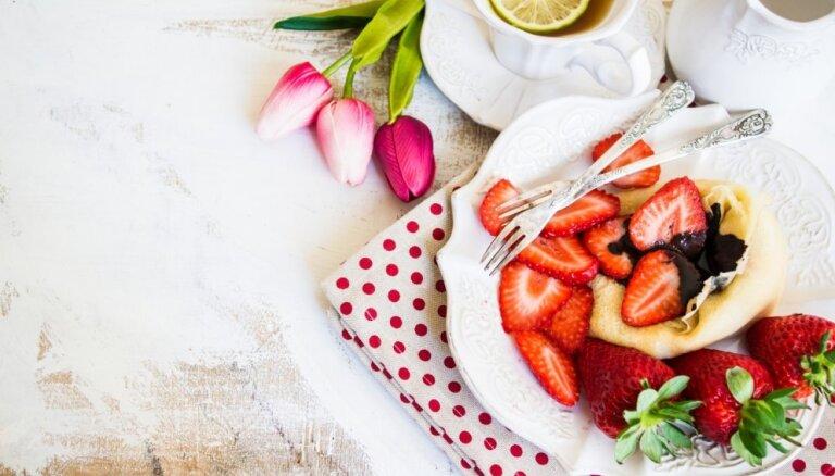 Brokastis gultā: ko pagatavot mammas lutināšanai