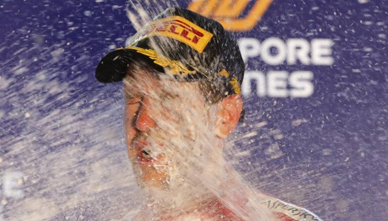 Fetels Singapūrā izcīna savu sezonas pirmo uzvaru; 'Mercedes' netiek uz goda pjedestāla