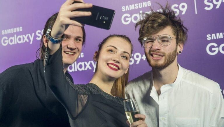 Foto: Pašmāju slavenības novērtē jauno 'Galaxy S9' viedtālruni