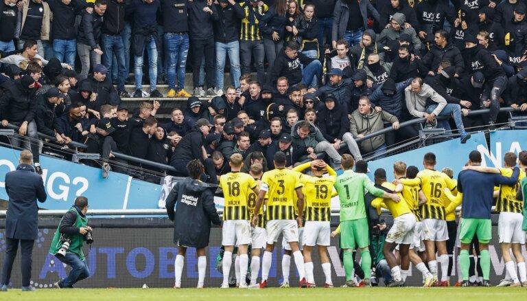 Video: 'Vitesse' fani sabrucina tribīni