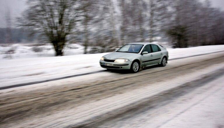 Vietām apledojums apgrūtina braukšanu, brīdina par iespējamu 'melno ledu'