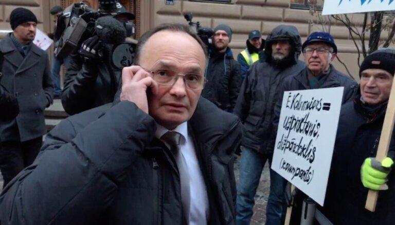 Видео: депутат Пименов посреди спора с митингующими притворяется, что у него важный звонок