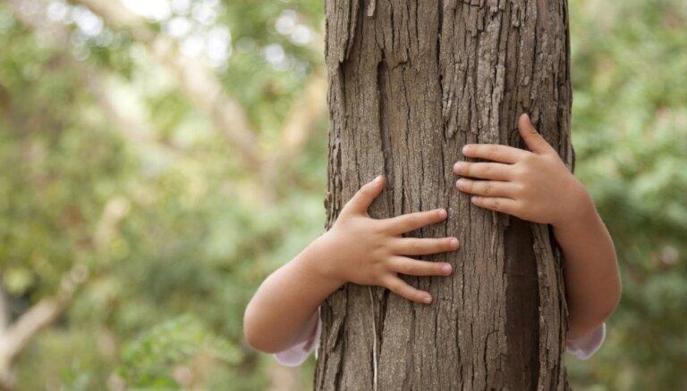 Rūpēs par bērnu drošību, klauvē pie sabiedrības sirdsapziņas – sākta iniciatīva 'Svešu bērnu nav'