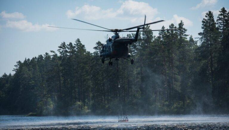Piektdienas pievakarē kūdras ugunsgrēku Valdgales pagastā turpina dzēst trīs helikopteri