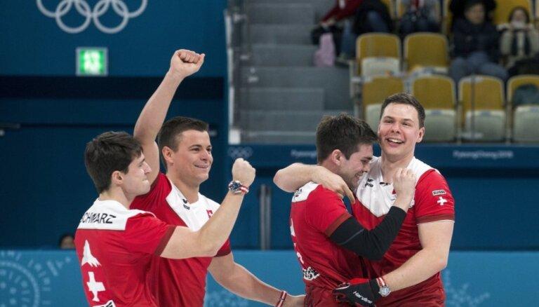 Kanādas kērlinga izlase pirmo reizi paliek bez olimpiskajām medaļām; bronzu paņem Šveice
