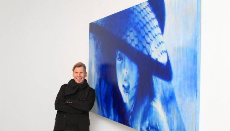 Fotoreportāža: Ritums Ivanovs popdīvu sagaida ar izstādi 'Gaga Dance'