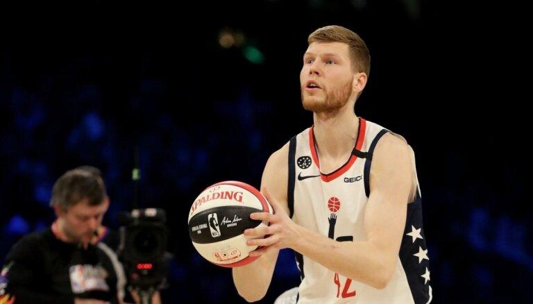Bertāns izcīna trešo vietu NBA Zvaigžņu spēles tālmetienu konkursā